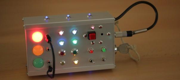 Frontplatte mit eingeschalteten LEDs